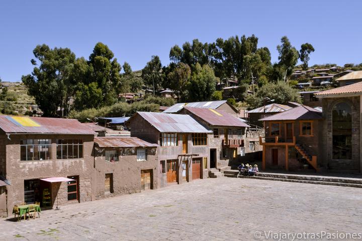 Plaza principal del pueblo de Taquile en el Lago Titicaca en Perú