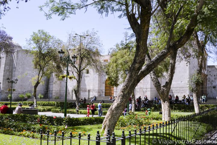Típica plaza de San Francisco en el centro histórico de Arequipa en Perú