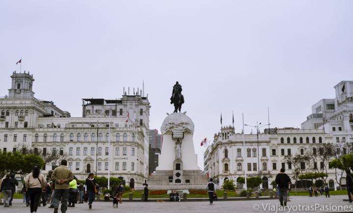 La central Plaza San Martín y su estatua en el centro de Lima en Perú
