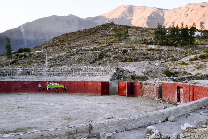 Plaza de toros en el pueblo de Cabanaconde en el Cañón del Colca en Perú