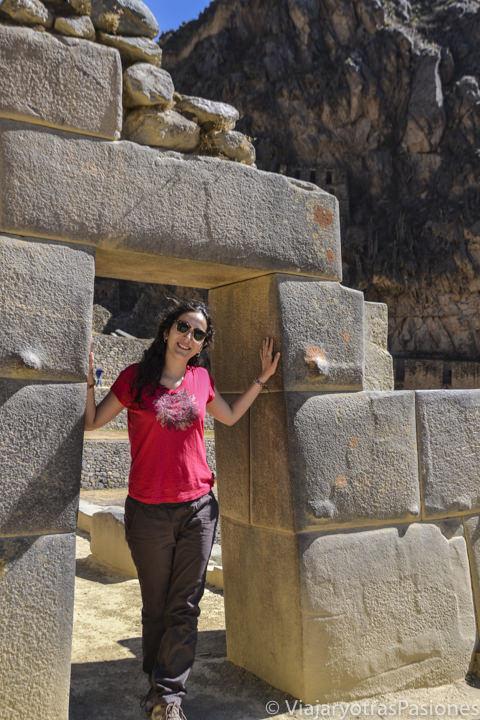 Típica puerta Inca en las ruinas de Ollantaytambo en Valle Sagrado en Perú
