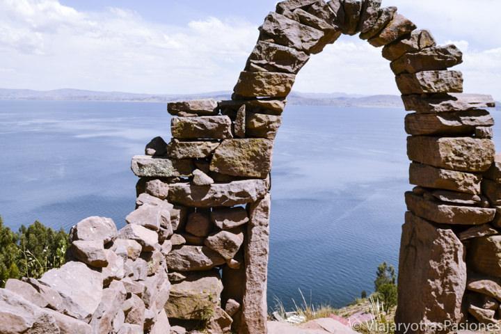 Típica puerta que se puede ver en visitar el lago Titicaca en Perú