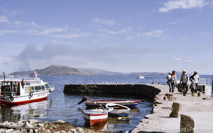 Muelle de llegada en la isla Taquile en visitar el Lago Titicaca en Perú