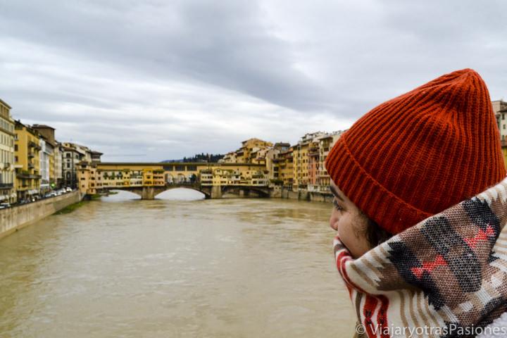 Hermosa vista del Ponte Vecchio desde el puente de Santo Trinita en el paseo por Florencia en un día en Italia