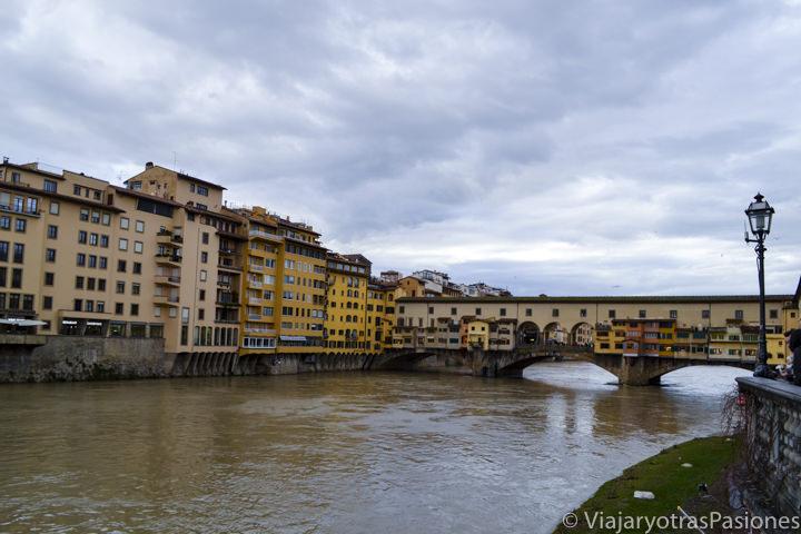 Panorama del río Arno y del famoso Ponte Vecchio en Florencia, Italia