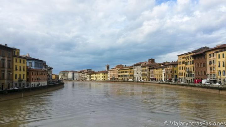 Bonita vista de los edificios cerca del río Arno en el paseo por Pisa en un día en Italia