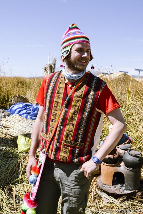 Chico con ropa tradicionales en las islas flotante Uros en el Lago Titicaca en Perú
