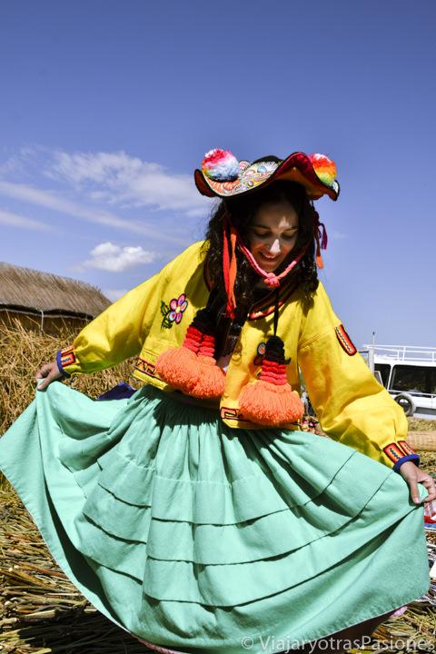 Vestida con ropa tradicional y muchos colores en las islas Uros en el Lago Titicaca en Perú