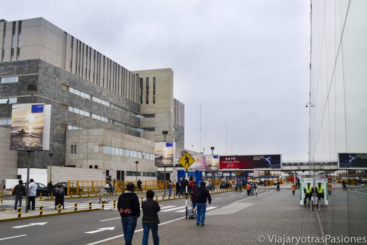 En frente a el aeropuerto de Lima en Perú