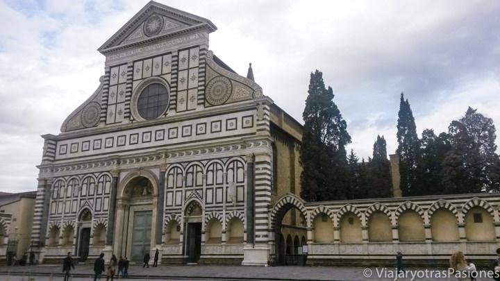 Fachada de la bonita iglesia de Santa Maria Novella que se puede ver en Florencia en un día en Italia