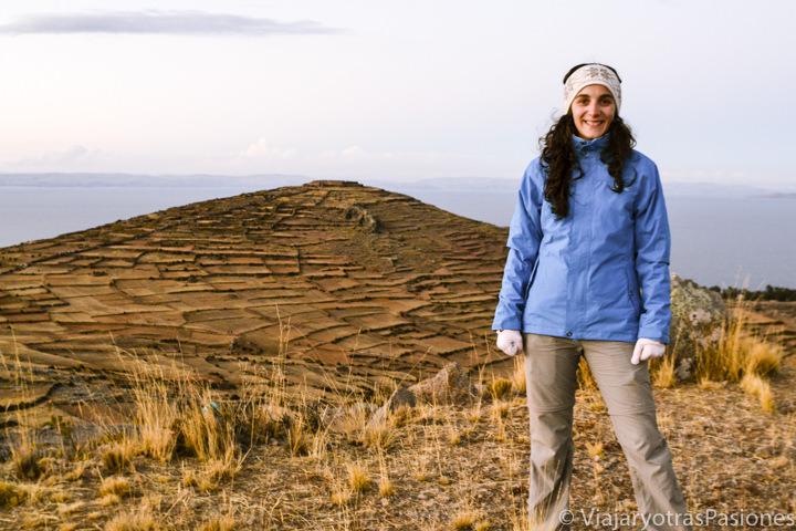 Sonriente en el paisaje de la isla Amantaní en el lago Titicaca en Perú
