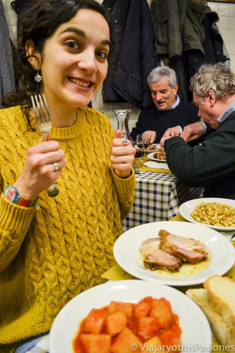 Comiendo deliciosa comida italiana en Florencia, en Italia