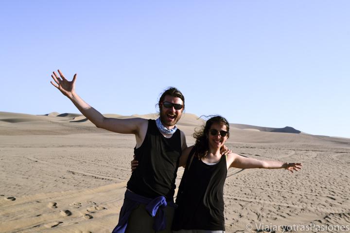 Felices en el desierto de Ica en el extraordinario viaje a Perú por libre
