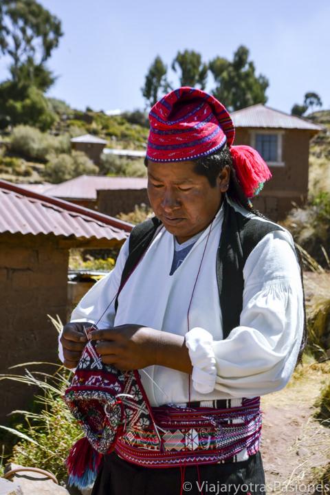 Un hombre en las Isla Taquile crea el tejido tradicional de la isla en el lago Titicaca en Perú
