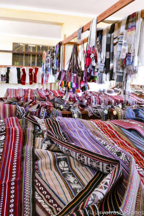 Increíble artesanía tradicional en el mercado del pueblo de la isla Taquile en el Lago Titicaca en Perú