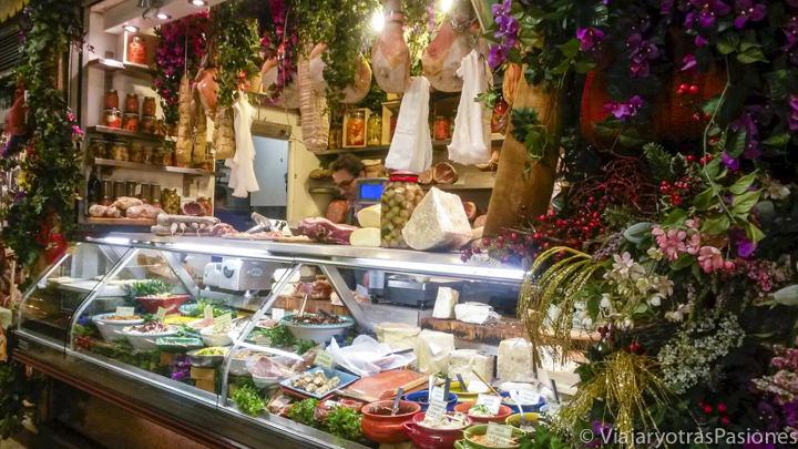 Puesto de comida en el mercado central en el centro histórico de Florencia en Italia
