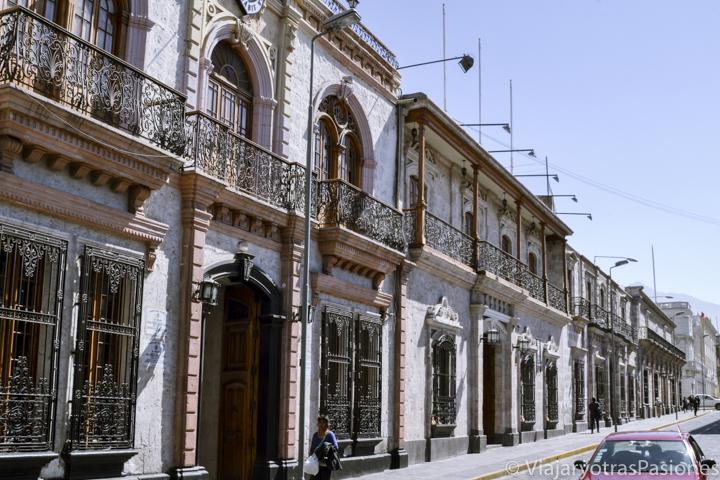 Típicas casas con balcones del centro de Arequipa en Perú