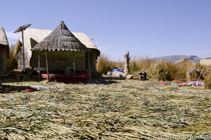 Típico suelo en Totora de las islas Uros en el Lago Titicaca en Perú