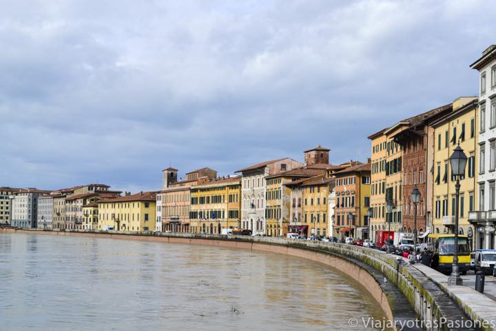 Hermosa vista del río Arno en el paseo por Pisa en un día en Italia