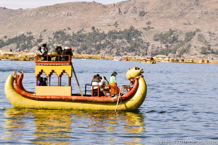 Típico barco en totora de la islas Uros en el Lago Titicaca en Perú