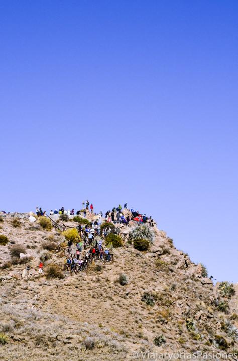 Grupo de turistas en el mirador de la Cruz del Cóndor en el Cañón del Colca en Perú