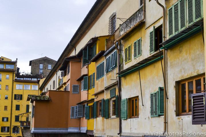 Hermosa vista del Ponte Vecchio y sus ventanas y colores en Florencia en Italia