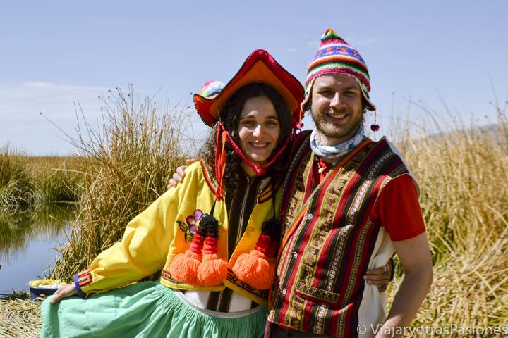 Pareja con ropa tradicionales en la islas Uros en el Lago Titicaca en el viaje a Perú por libre