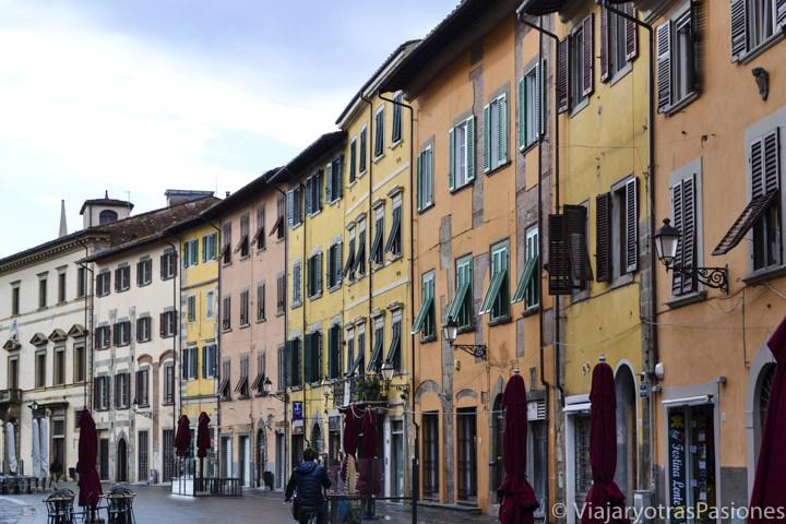 Increíble ambiente italiano en el paseo por Pisa en un día en via Santa Maria cerca de Piazza dei Miracoli in Italia