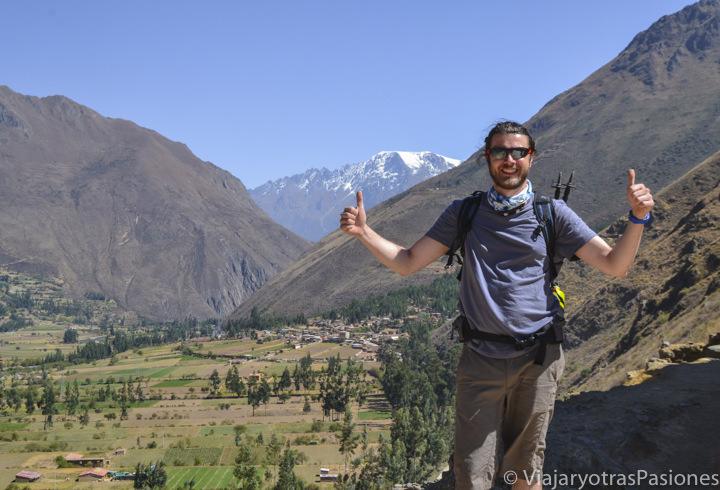 Mochillero cerca de Ollantaytambo en visitar el valle Sagrado en Perú
