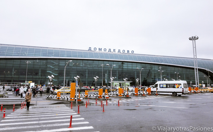 Fachada del aeropuerto Domodedovo en Moscú, Rusia
