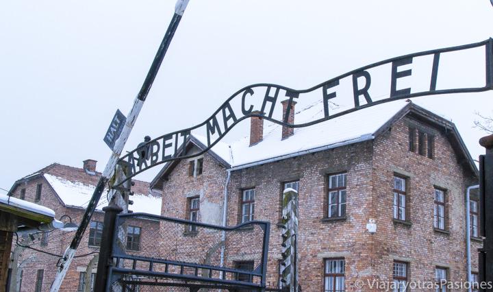 Típica vista de la entrada del campo de concentración de Auschwitz, Polonia