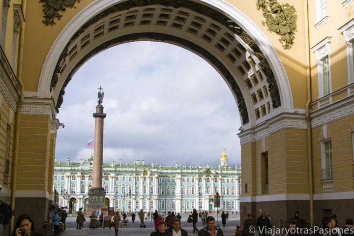 Hermosa vista del Palacio de Invierno en San Petersburgo en Rusia