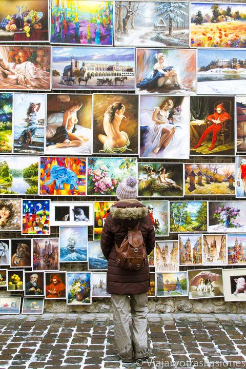 Mirando pinturas en San Florián en Cracovia, en Polonia