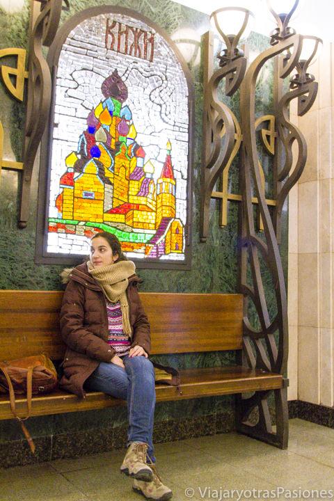 Sentada cerca de la preciosa vidriera de la estación Novoslobodskaya en qué ver en Moscú, Rusia