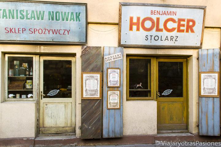 Famosas fachadas de las tiendas en calle Szeroka, en Cracovia