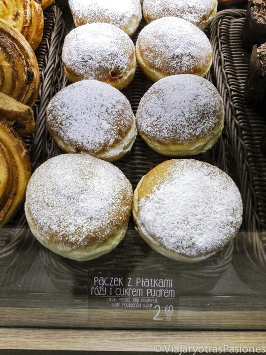 Imagen de deliciosos boliitos en una pastelería de Cracovia, Polonia