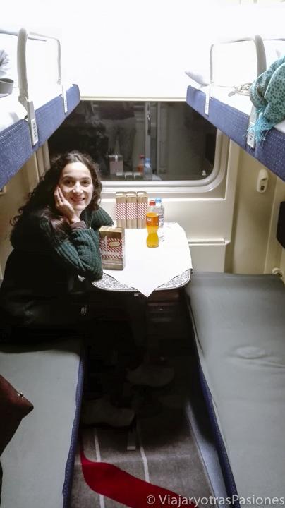 Interior de la cabina del tren flecha roja para viajar entre San Petersburgo y Moscú en Rusia