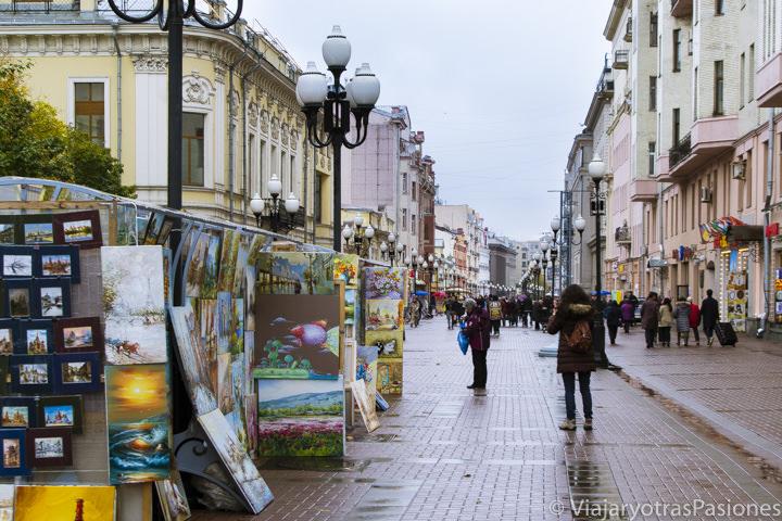 Panorámica de la famosa avenida Arbat en el centro de Moscú, Rusia