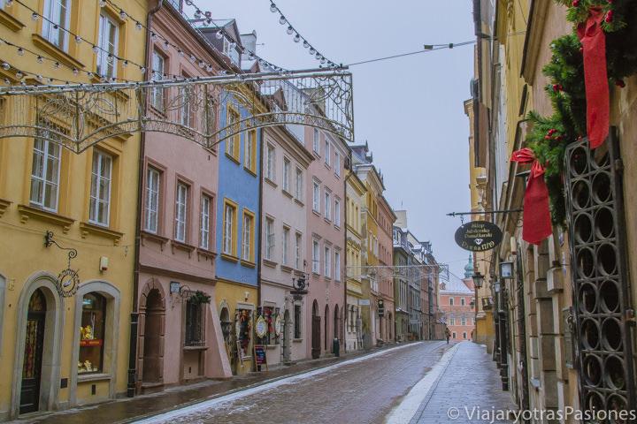 Bonita vista de la central Calle Swietojanska en el centro de la capital de Polonia, Varsovia