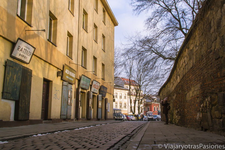 Hermosa panorámica de la famosa calle Szeronka en el barrio judío de Cracovia, Polonia