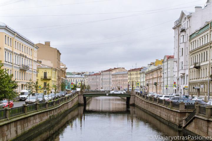 Hermoso paisaje urbano con el canal Griboyedov en San Petersburgo en Rusia