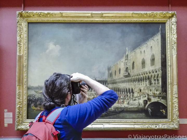 Haciendo fotos frente a un famoso cuadro de Canaletto en el museo del Hermiìtage en San Petersburgo