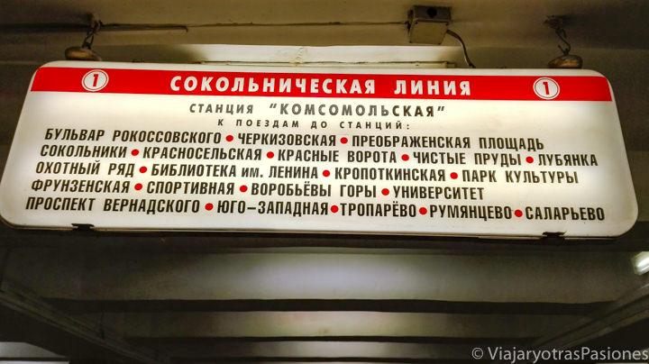 Cartel en cirílico en una estación del metro de Moscú en Rusia