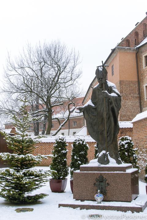 Estatua del famoso papa Juan Pablo II en la ciudad de Cracovia, en Polonia