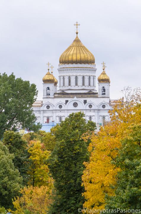 Hermosa vista de la catedral de Cristo Salvador cerca del Kremlin en Moscú, Rusia