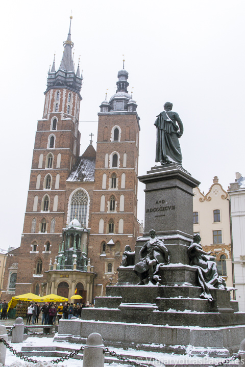Fachada de la Basílica de Santa María y estatua de Adam Mickiewicz en Cracovia, Polonia