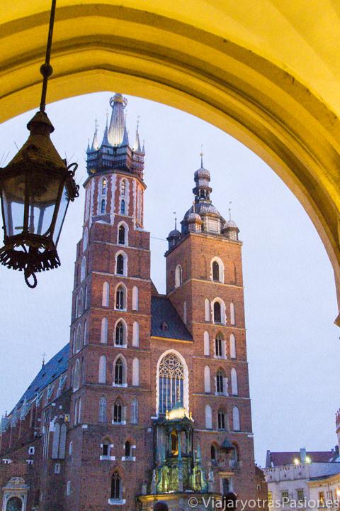 Imagen nocturna de la Basílica de Santa María, en Cracovia, Polonia