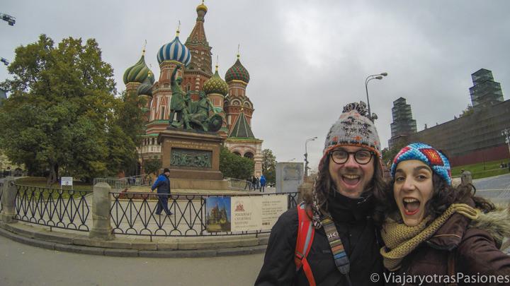 Pareja feliz en la famosa plaza Roja en qué ver en Moscú, en Rusia