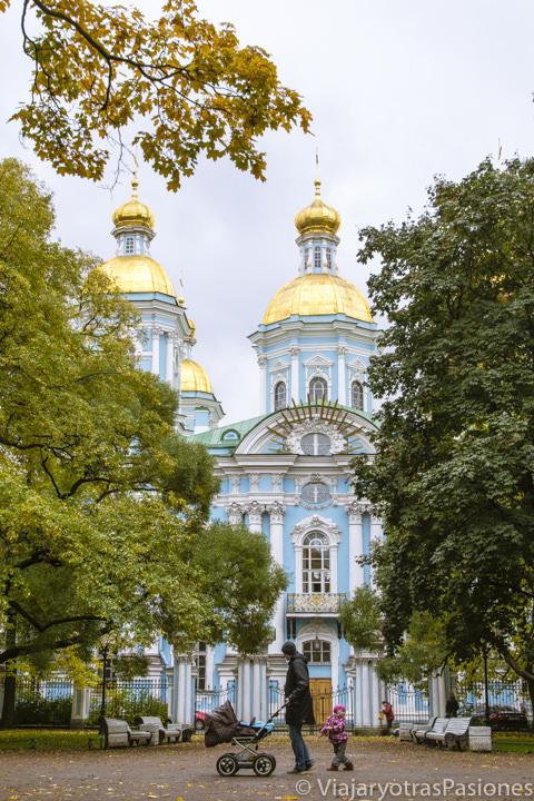 Bonito parque e fachada de la Catedral de San Nicolás en qué ver en San Petersburgo en Rusia
