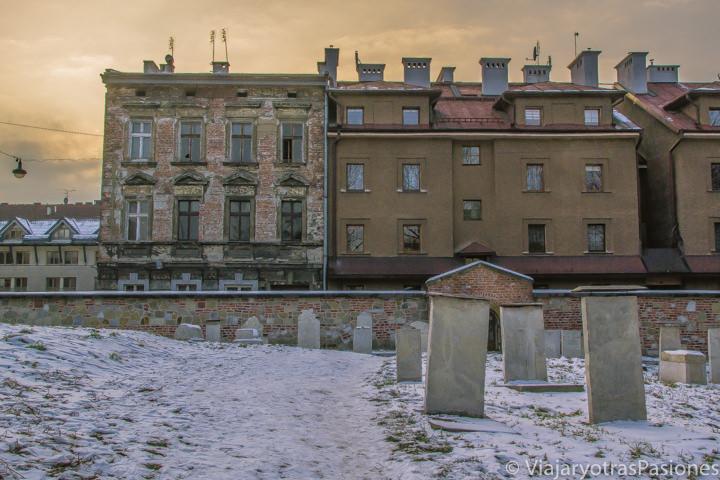 Atardecer en el cementerio Remuh en el corazón del barrio judío de Cracovia, Polonia